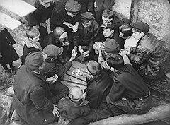 Жизнь советского беспризорника проходила в праздности, поисках доступных развлечений (на фото), борьбе с себе подобными и мелких экспроприациях чужой собственности