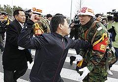 Полиция избавила спасшегося капитана «Чхонана» Чхве Вон Иля от неприятного разговора с родственниками утонувших подчиненных (на фото)
