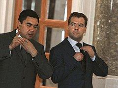 Перетягивание маната. Президенты России и Туркмении Дмитрий Медведев и Гурбангулы Бердымухаммедов. Ашхабад, 2008 год