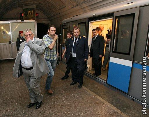 Дмитрий Гаев (слева) рассчитывает вынюхивать террористов с помощью специально обученных собак
