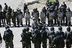 После погромов 19 апреля в пригороде Бишкека Маевке киргизская милиция (на фото) получила разрешение стрелять по мародерам