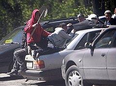После погромов 19 апреля в пригороде Бишкека Маевке киргизская милиция получила разрешение стрелять по мародерам (на фото)