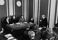 В процессе борьбы с прогульщиками социалистическое правосудие утратило сначала народных заседателей, а затем и адвокатов