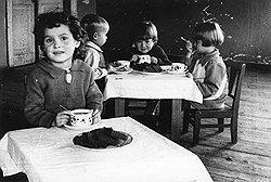 Даже напрягая все силы в битве с фашизмом, СССР продолжал свято соблюдать баланс детского (на фото) и генеральского питания