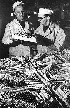 Даже напрягая все силы в битве с фашизмом, СССР продолжал свято соблюдать баланс детского и генеральского (на фото) питания