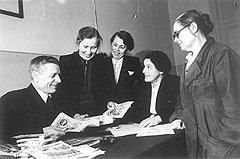Находясь под впечатлением от обмена старых рублей на новые (на фото), в 1961 году советский народ не заметил налоговых послаблений для самых низкооплачиваемых