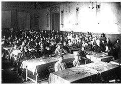 Классовые различия между императорским и коммунистическим (на фото) университетом особенно ярко проявлялись в студенческой столовой