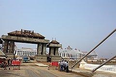 Недостроенное здание парламента несколько затрудняет восприятие Нейпьидо как полноправной столицы