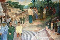 На фреске с генералом Тан Шве (в зеленом мундире на переднем плане) опальный премьер-министр Кхин Ньюн искусно замазан. Это хорошо видно на увеличенном фрагменте справа