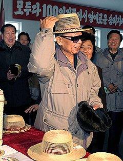 Сняв свой непритязательный пирожок, любимый руководитель примеряет элегантную шляпу, созданную для корейского народа