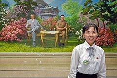 Глаз народного художника тонко подметил контраст между буйством корейской природы и аскетизмом ее царей