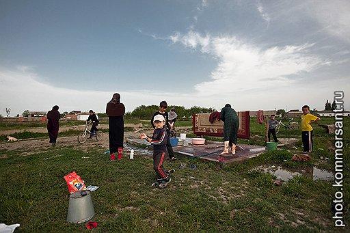 Недопробуренная артезианская скважина и приделанная к ней колонка — единственный источник воды в селе Кара-Тюбе