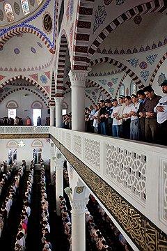 В главную мечеть Махачкалы ходят и салафиты, и традиционные сунниты: здесь внутрирелигиозные разногласия почти незаметны
