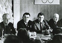 Приехавшие на Олимпиаду журналисты тщетно пытались выведать у главы оргкомитета Игнатия Новикова (на фото - в очках), во сколько обошелся советскому бюджету праздник мира, молодости и спорта