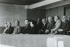 19 июля 1980 года Политбюро ЦК КПСС наслаждалось красочной церемонией открытия Олимпиады. И только Михаил Горбачев был погружен в свои мысли: затаившись в глубине трибуны (на фото справа), он вынашивал перестройку