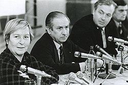 Хуан Антонио Самаранч (в центре) приехал в Москву послом Испании в СССР, а уехал послом СССР при директоре МОК Моник Берлю (слева)