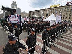 Акция в поддержку донорства состояла из нескольких десятков активистов «России молодой», которых охраняли милиционеры, металлического ограждения, сцены для выступлений и палатки для сдачи крови