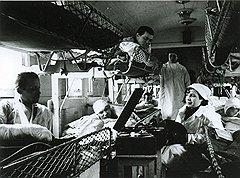Санитарный поезд с агитационной открытки (на фото) несколько отличался от обычного