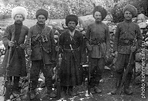 Оцепив горное селение, органы НКВД нередко обнаруживали только стариков, женщин и детей. Все остальные (на фото) обычно были уже далеко
