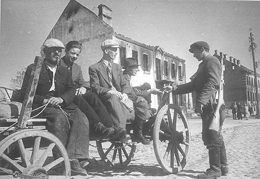 В присоединенной к СССР Прибалтике крестьянская подвода была чревата мгновенным превращением в повстанческую тачанку (на фото — Литва, 40-е годы)