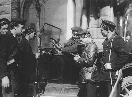 Найдя при обыске оружие, революционные матросы не задумываясь пускали найденное в свой доход, а его обладателя — в расход