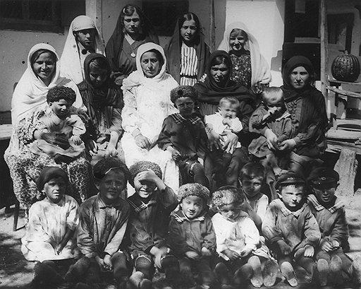 Оцепив горное селение, органы НКВД нередко обнаруживали только стариков, женщин и детей (на фото). Все остальные обычно были уже далеко
