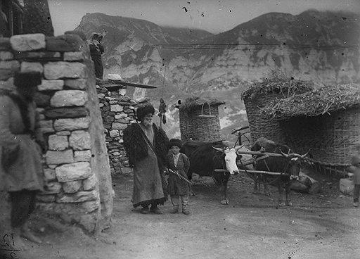 Оцепив горное селение (на фото), органы НКВД нередко обнаруживали только стариков, женщин и детей. Все остальные обычно были уже далеко