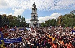 8 мая, кафедральный собор Кишинева. Собрание в поддержку введения основ православия в школьную программу. Надпись на транспаранте: «Путь к духовному очищению наших детей»