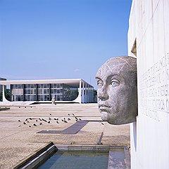 Площадь Трех властей — исполненный в бетоне конституционный принцип, состоящий из дворцов Национального конгресса, Верховного Суда (на фото) и Правительства