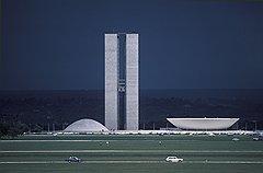 Площадь Трех властей — исполненный в бетоне конституционный принцип, состоящий из дворцов Национального конгресса (на фото), Верховного Суда и Правительства