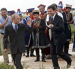 В эпоху суверенной демократии Кирсан Илюмжинов пытался шагать в ногу с Владимиром Путиным