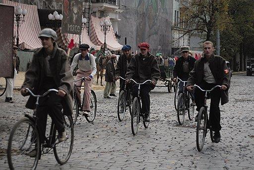 Художник Денис Шибанов не только обряжает людей, но и организует транспортные потоки в стиле, который считает сталинским