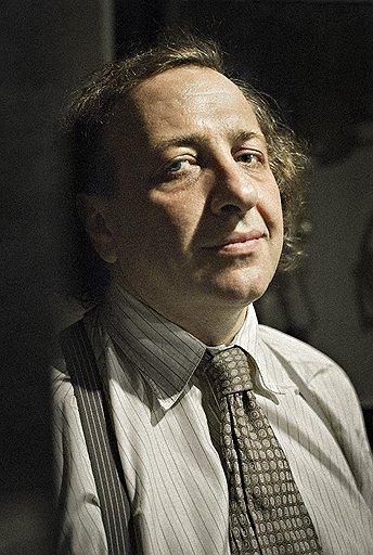 Профессор Лосев, снявшийся в роли профессора Лосева, наконец попал в мир, о котором мечтал: тут и полет мысли в аудитории, и фантасмагорический студенческий бал (с искаженной цитатой), и скромный быт