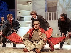 Самой знаменитой чертой всех спектаклей Роберта Стуруа стала их философская карнавальность («Шейлок»)