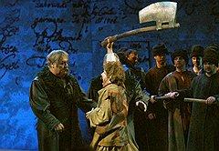 Самой знаменитой чертой всех спектаклей Роберта Стуруа стала их философская карнавальность («Мазепа»)