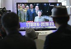 Контраст между любимым руководителем в расцвете сил на тиражируемых в КНДР изображениях и дряхлым больным стариком на экране телевизора (на фото) показывает, что вопрос о престолонаследии давно назрел