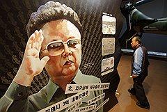 Контраст между любимым руководителем в расцвете сил на тиражируемых в КНДР изображениях (на фото) и дряхлым больным стариком на экране телевизора показывает, что вопрос о престолонаследии давно назрел