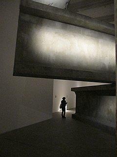 Работа Антона Гарсия Абриля и Ensamble Studio пытается впечатлить посетителей перспективами новой жизни, возводимой на картонных конструкциях