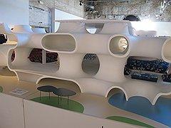 Чтобы посетители убедились, что в залах Арсенала им встречается именно архитектура, среди проектов — оперный театр, строящийся бюро Тойо Ито на Тайване