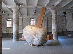 В скульптуру Смильяна Радича и Марселы Кореа «Человек в рыбе» ложиться строго запрещено — чтобы не возникало ассоциаций с гробом