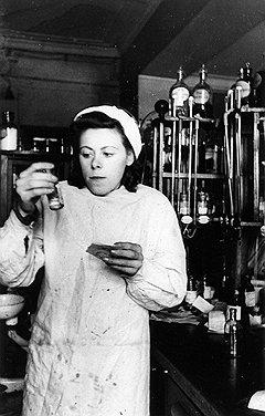 В московской аптеке N 3 (на фото) проверяющие тщетно искали иноземцевые капли, буровскую жидкость и висмутную мазь