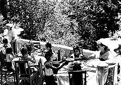 Недостаток калорий в пионерском рационе (на фото) дети имели возможность возместить за счет бесплатной солнечной энергии