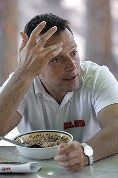 С каждой недоеденной порции Василий Якеменко оставляет часть премьер-министру