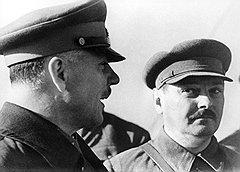 Ворошилов (слева) предложил товарищам по Политбюро (справа — Жданов) решить без затяжек: ждать ли, пока малолетние бандиты превратятся в профессиональных, или расстреливать их без лишнего промедления?