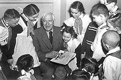 Автор детских страшилок про Бармалея и Тараканище Корней Чуковский не предполагал, что некоторые дети окажутся куда страшнее героев его сказок, и предлагал их школьное обучение заменить содержанием в трудколонии