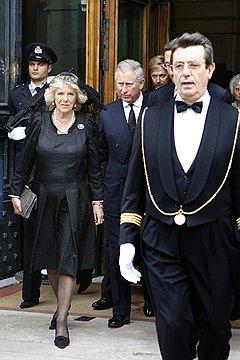 Текущая популярность принца Чарльза определялась в первую очередь его отношениями с женами (с Камиллой)
