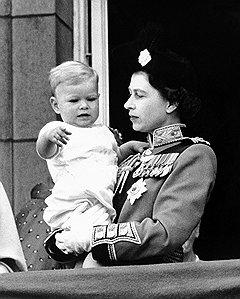 С пристальным вниманием к своей персоне второй сын Елизаветы II вынужден мириться с рождения