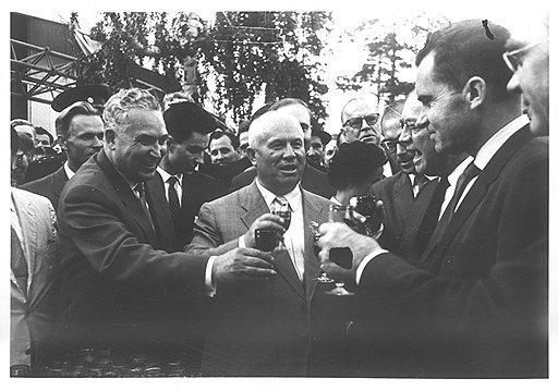 Спор Хрущева (в центре) с Никсоном (второй справа) о преимуществах социализма навлек беду на многих увлекшихся капиталистическим обогащением советских людей