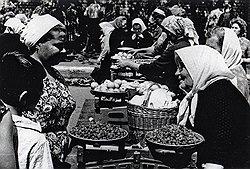 Продавая овощи и фрукты, выращенные собственными руками на приусадебных участках, несознательные советские граждане извлекали нетрудовые доходы