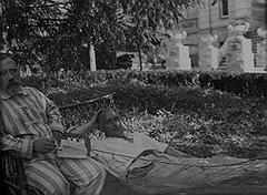 По мнению Гильчевского, коммунистические вожди, прижившиеся во дворцах (на фото — Л. Б. Каменев и В. В. Куйбышев (в гамаке) на отдыхе), ведут буржуазный образ жизни и приближают создание монархии нового типа